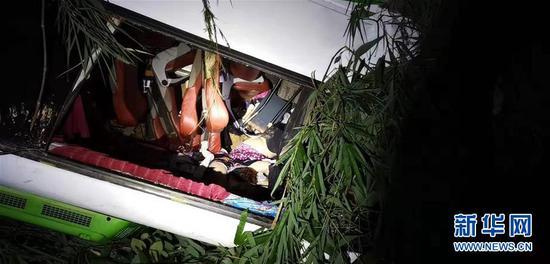 这是8月19日在老挝北部城市琅勃拉邦附近拍摄的发生车祸的大客车。新华社发(杨秀敏 摄)