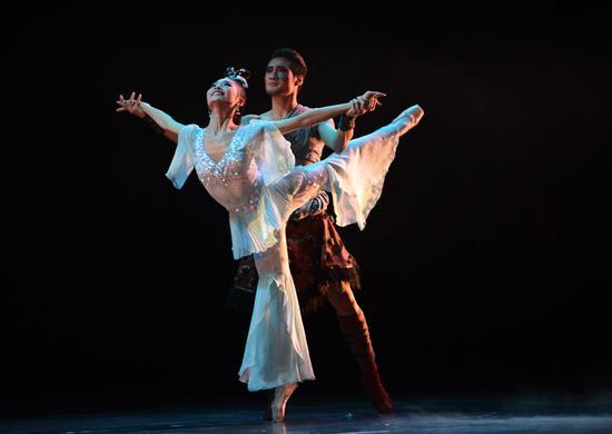 中国民族芭蕾舞剧《鱼美人》中鱼美人与猎人相爱。