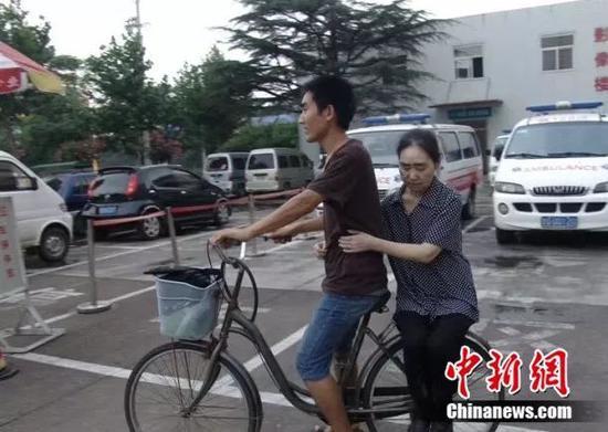 刘秀祥和母亲受访者供图