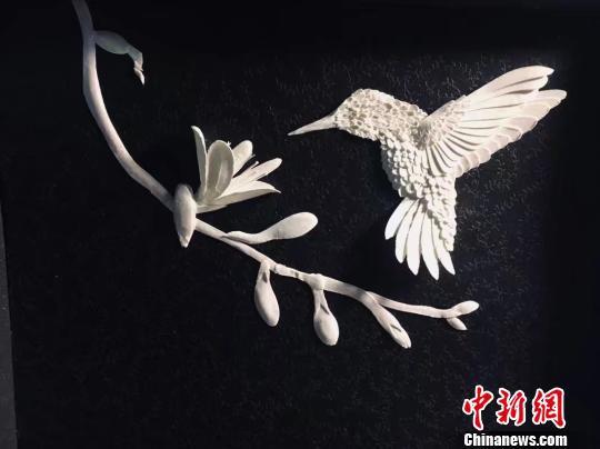 图为陈良圣制作的蜂鸟纸雕。受访者供图