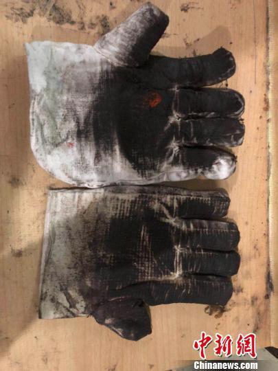 """西昌卫星发射中心""""90后""""锅炉工用过的白手套。 欧翔 摄"""