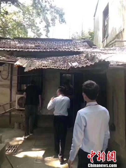 络绎不绝的房产中介和意向购房者站满了小屋里里外外。 视频截图