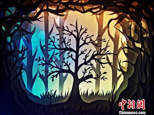 图为陈良圣制作的纸雕作品《梦幻生命树》。受访者供图