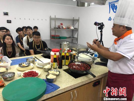 老师给学生讲解火锅底料。 贺劭清 摄