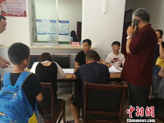 部分考生和家长申请核查中考成绩。 高庆国 摄