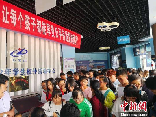 每年八月,是办理生源地助学贷款的高峰时期。图为甘肃省陇西县排队咨询助学贷款的学生和家长。 史静静 摄