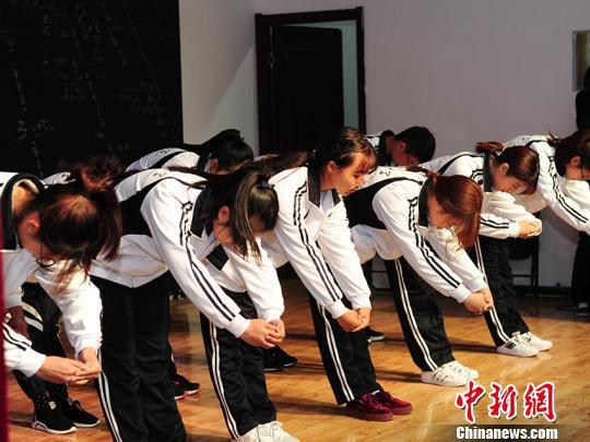 新生们向老师和父母行礼。 刘栋 摄