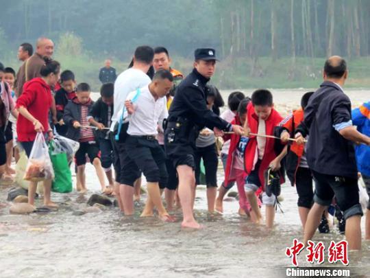 四川乐山800余名师生秋游困小岛 众人营救脱险