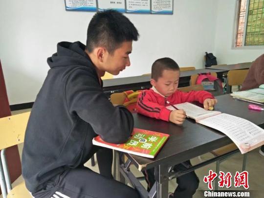 """""""乡村夜校""""灯光不息 千余大学生32年接力教育扶贫"""