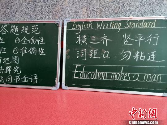 在黃河雙語實驗學校,隨處擺放著小黑板,上面寫著各學科的書寫與答題規范。 孫宏瑗 攝