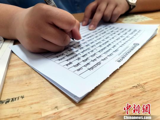圖為,黃河雙語實驗學校高一年級學生正在進行書寫練習。 孫宏瑗 攝