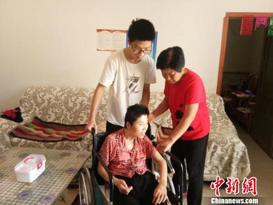 兰逸鑫在照顾患病的母亲。 邢云 摄
