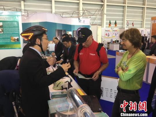 日内瓦国际发明展上吕松展示自发电头盔。(受访者供图)