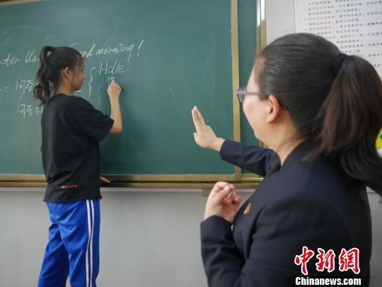 刘晓丽在用手语讲课 石洪宇 摄