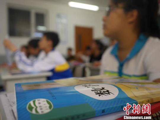 学生们在课堂上 石洪宇 摄