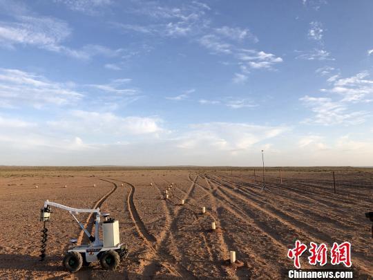 """半人高、自带螺旋大钻头、由光伏太阳能驱动,配套无人驾驶和人工智能技术的""""种树机器人"""",小型轻量,对荒漠地区脆弱的地表土壤损伤很小。芊烨/摄"""