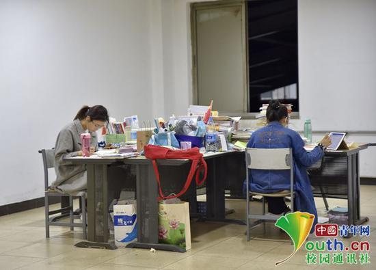 座位上堆满了书籍,抓住机会再努力拼一把。中国青年网通讯员 甘乘旭 摄