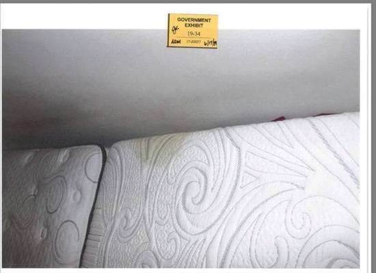 被告公寓床垫上发现疑似血迹(图:世界日报)