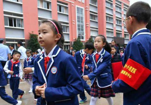 """巡逻队""""小队员戴着红袖套进行巡逻工作。中新社记者 任东摄"""