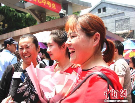 资料图:6月7日,山东考生家长为考生送鲜花。 赵晓 摄