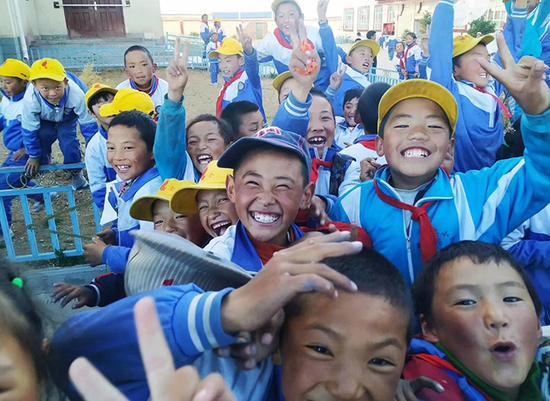 """图为武昌理工学院支教队为藏族孩子拍的""""笑脸""""。"""