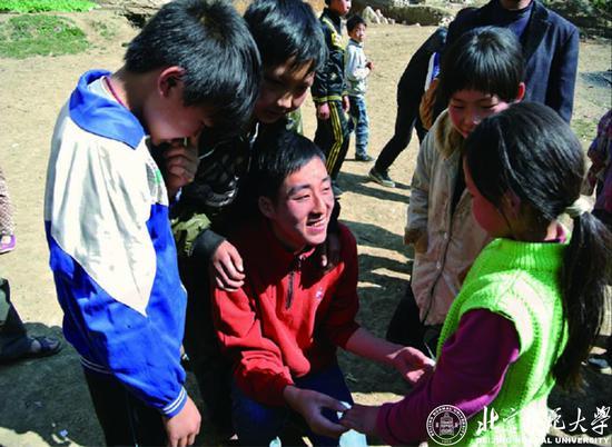 北师大2013届免费师范生朱启平连续四年组织志愿者赴贵州毕节支教