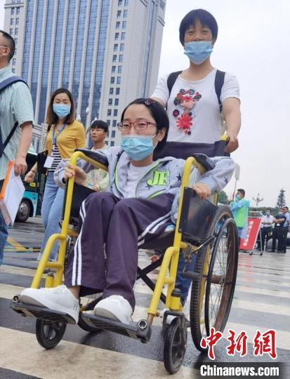 """高考606分 四川仁寿轮椅女孩梦想遨游""""世界"""""""