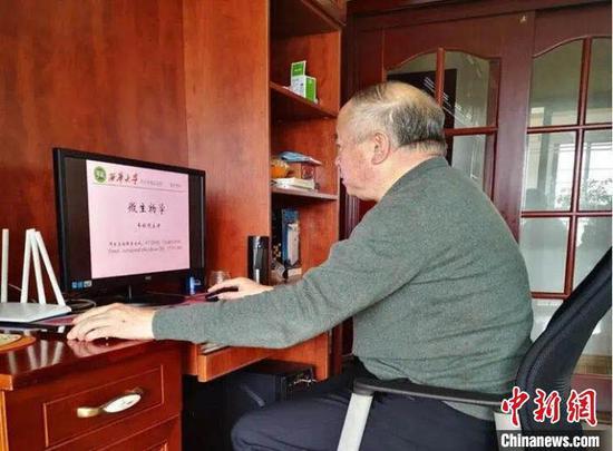 60岁的车振明老师积极准备在线教学。四川省教育厅供图