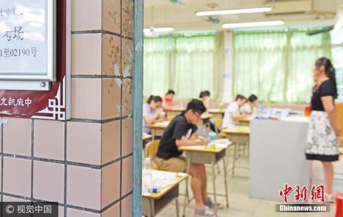 """资料图:""""最后一次""""国家司法考试考场,今年起更名为""""国家统一法律职业资格考试""""。 图片来源:视觉中国"""