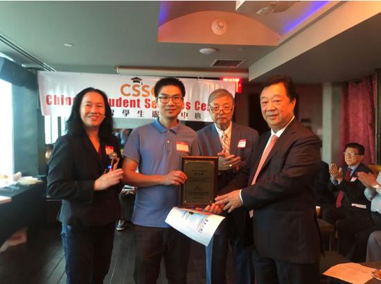 纽约中国留学生服务中心会长林建中(右一)、创会总顾问王碚(右二)为留学生颁发证书。郁盛怀 摄