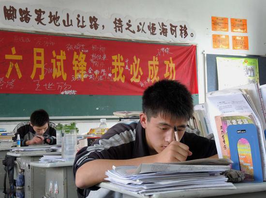 江苏一所高中的高三教室里,学生在抓紧时间学习