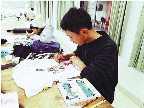 刘则进在少年宫美术馆参与志愿服务