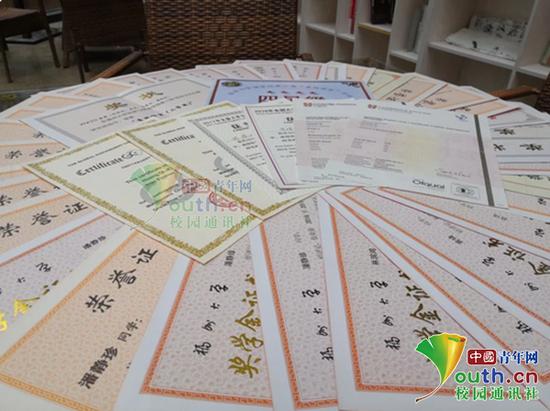 图为寝室4女生所获得的证书。中国青年网通讯员 刘钰洁 摄