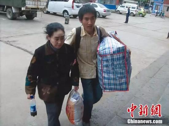 刘秀祥带着母亲一起求学 受访者供图