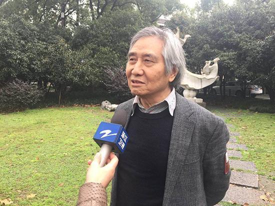 程宝泓活动现场接受采访。澎湃新闻记者 葛熔金 图