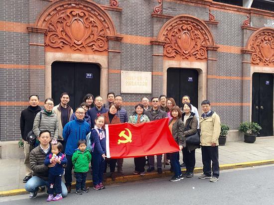 上海市人才服务中心新经济党委第四党总支464党支部等在一大会址前留影。澎湃新闻记者 周航 实习生 魏莹 图