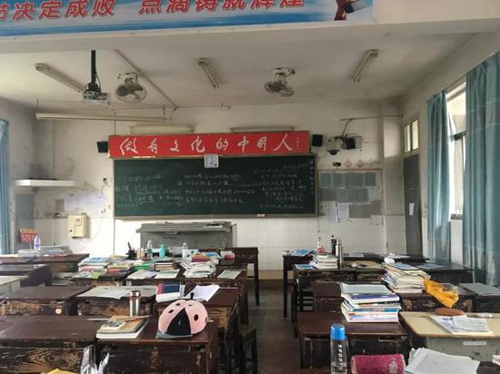 洞口一中的教室,罗依曾在这个教室里学习图/ 易方兴