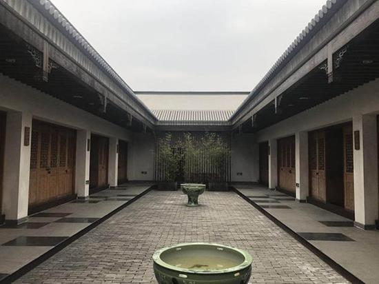 仿古式建筑风格,孔令宏的办公室在左边第一间
