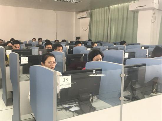 探秘深圳中考阅卷现场:一题至少2名老师评分