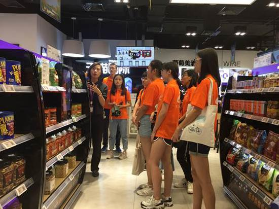 学生们西湖银泰参观天猫国际全国首家跨境线下店等富有代表性的新零售场景