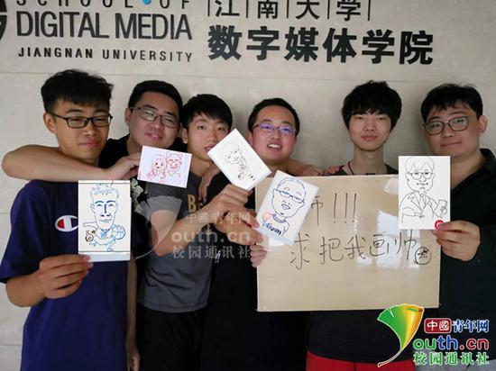 图为学生们展示老师为自己画的漫画。受访者提供