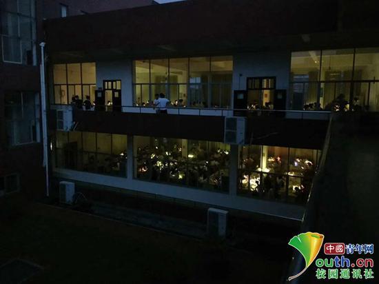 图书馆突然停电 江西考研学生用手机照明复习