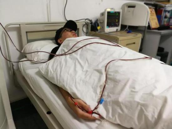 """杜鼎夫采集血细胞当天,来自华中科大的捐献者和志愿者自发前来看望这位""""新成员""""。"""