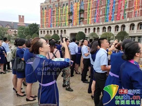 大学生订制100条情话条幅祝福老师节日快乐(图)