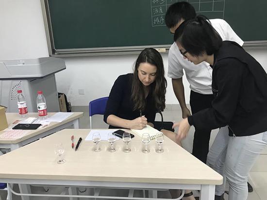 该校党委宣传部老师称,白酒学院吸引外国记者来参观、报道。