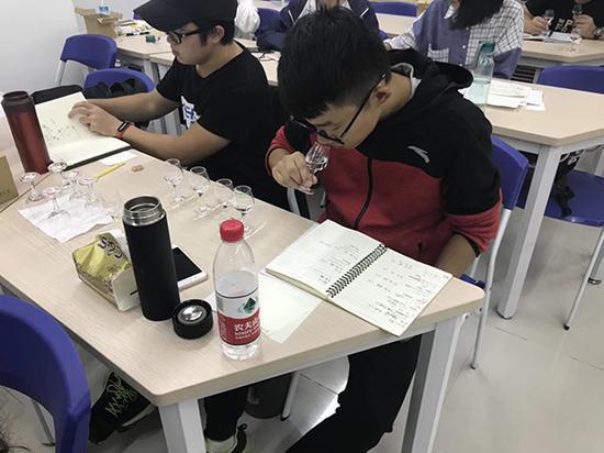 """白酒学院学生在学习""""品酒"""" 本文图均为 校方供图"""