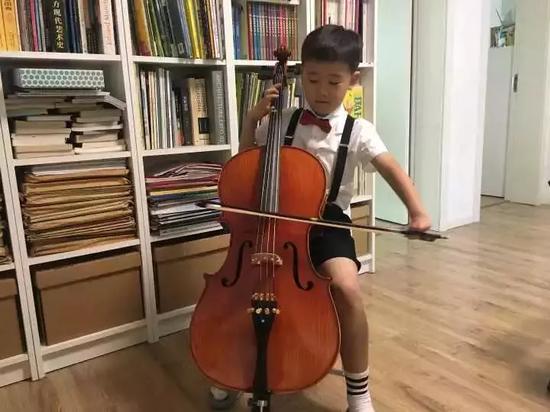 杭州男孩一能读小学二年级,昨天在朋友圈里,获得了无数点赞。