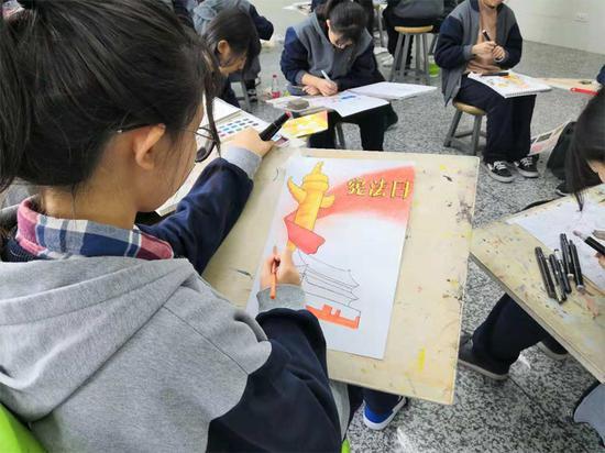 工美附中学生用画板展现宪法学习成果。新京报记者 冯倓秋 摄