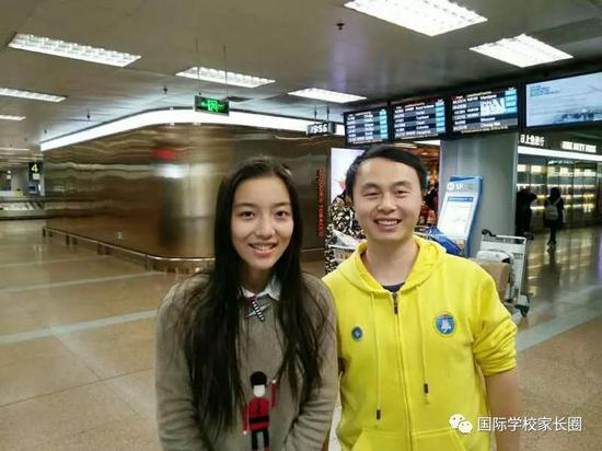 张涵(左一)与igem(国际基因工程机器大赛)指导老师