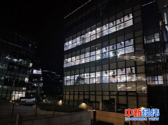 晚上10点,北京后厂村的办公大楼仍灯火通明 中新经纬 赵佳然摄